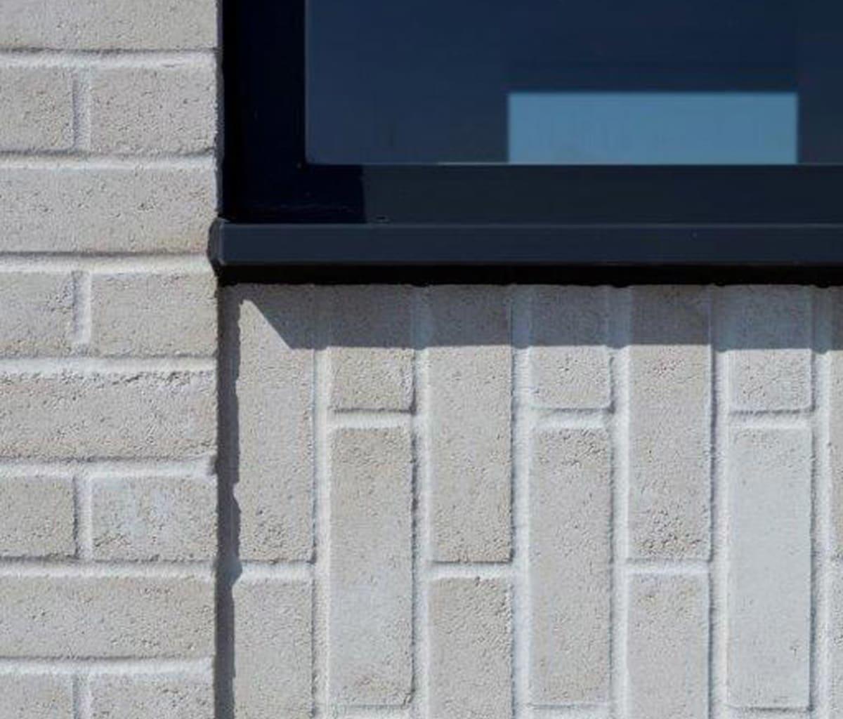 Facing bricks laid horizontally and vertically