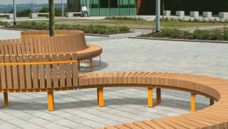 Linear free flowing seating in an urban environment