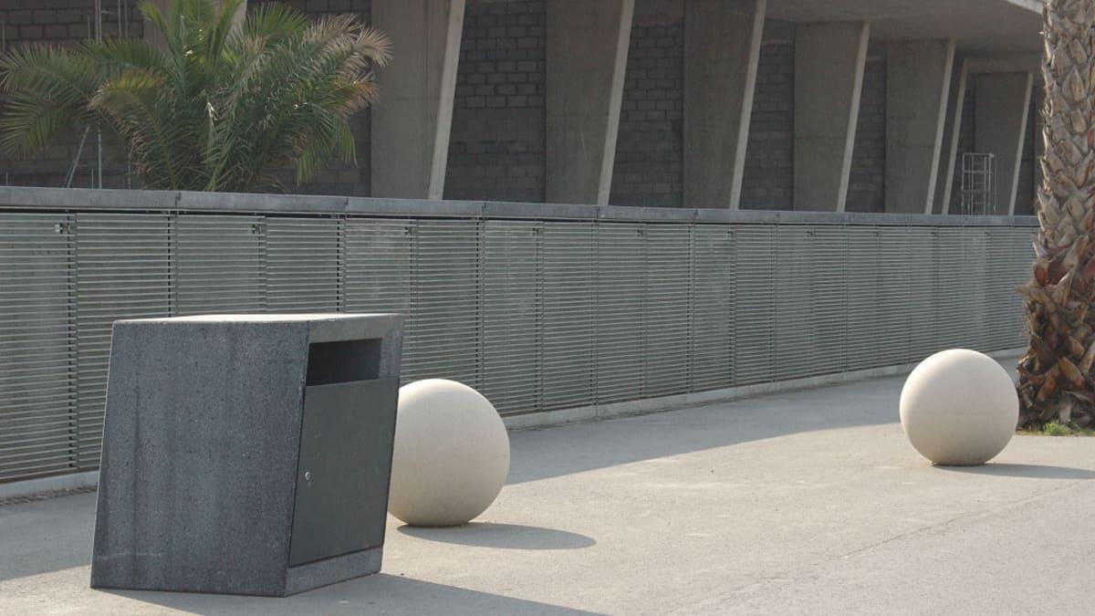 litter bin next to bollards